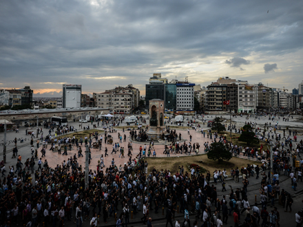 Demonstranten auf dem Taksim-Platz (picture alliance / abaca / ABACA)