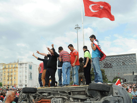 Demonstranten am Taksim Platz in Istanbul (picture alliance / dpa / ABACA)