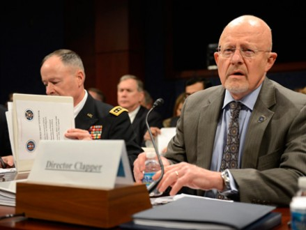 Geheimdienstdirektor James Clapper (re.) und NSA-Chef Keith Alexander kritisierten Snowden scharf. (picture alliance / dpa / Shawn Thew)