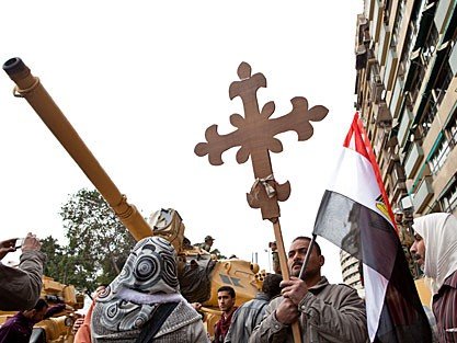Ein koptischer Christ bei einer Demonstration in Kairo (picture alliance / dpa / Arved Gintenreiter)