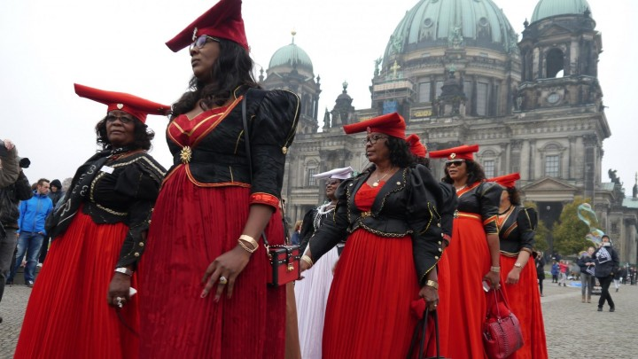 Aktivistinnen in traditioneller Kleidung Demonstrieren in deutschland. OvaHerero and Nama activists have protested several times in Germany for reparations. (Rauten Strauch Joest/Joachim Zeller CC BY-ND 2.0)