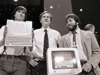 Die Apple-Gründer Steve Jobs (l.) und Steve Wozniak (r.) in einer Aufnahme von 1984. Dazwischen der damalige Apple-CEO John Sculley (AP Photo/Sal Veder, File)