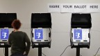 Wahlcomputer in einem US-amerikanischen Wahllokal in Conyers/Georgia. (AP Photo/David Goldman, File) | (AP)