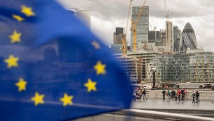 "London: EU-Flagge vor Skyline des Londoner Finanzzentrums ""The City"".  (dpa / picture alliance / Daniel Kalker)"