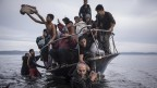 "In der Kategorie ""General News"" gewann der russische Fotograf Sergey Ponomarev den World Press Photo Award für ein Bild eines Flüchtlingsbootes vor den griechischen Inseln. (dpa/World Press Photo/Sergey Ponomarev)"