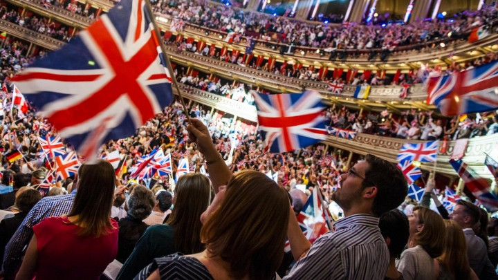 "Fahnenschwenkendes Publikum bei der ""Last Night of the Proms"", dem Abschluss der BBC-Konzertreihe ""The Proms"" in der Royal Albert Hall in London 2014  (picture alliance/ empics/ Guy Bell)"