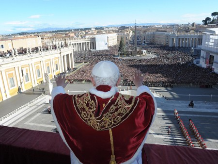 Papst Benedikt auf dem Balkon des Petersdoms (picture alliance / dpa / OSSERVATORE ROMANO EDITORIAL USE ONLY)
